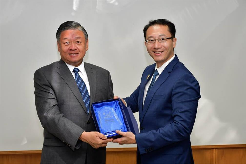 Vice Minister Leu received a gift from Mr.Danny Chen,the delegation chief.