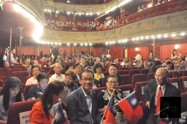 法國當地僑胞手拿國旗踴躍參與,右為前駐法代表呂慶龍。