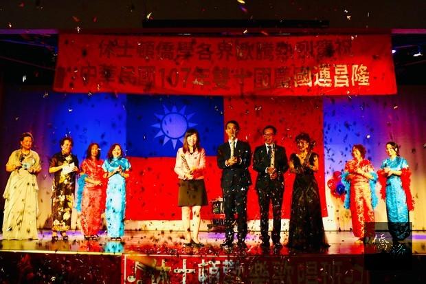 莊雅淑(左起)、陳家彥、嚴杰、王妍霞拉禮炮慶祝活動開始。