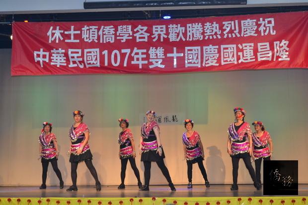 香香舞蹈班表演新式原住民舞蹈。
