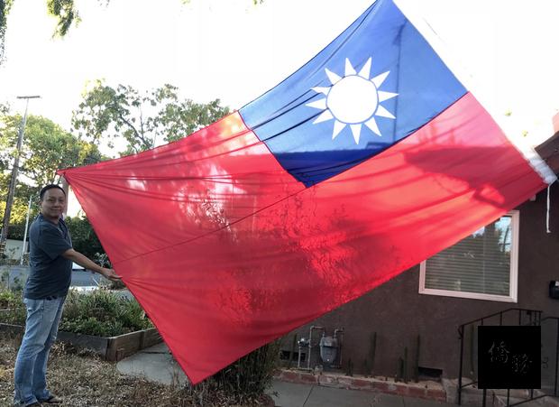 台裔矽谷居民錢天嘯8年前為慶祝中華民國100歲生日,在門口高掛國旗,此舉成為敦親睦鄰的熱門話題,他的房子也成為社區吸睛亮點。(中央社提供)