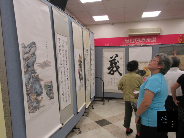 「雙十國慶書畫展」吸引民眾參觀。(世界日報提供)