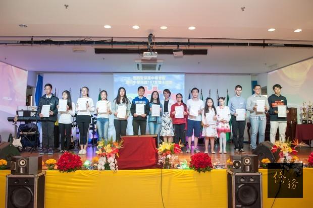 徐澤玗副組長(中)代表頒發包括漢字文化節在內等各活動獎項。