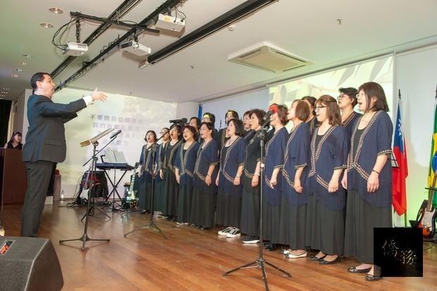 雙十國慶民歌演唱會由聖保羅中華會館合唱團演唱「橄欖樹」一曲揭開序幕。