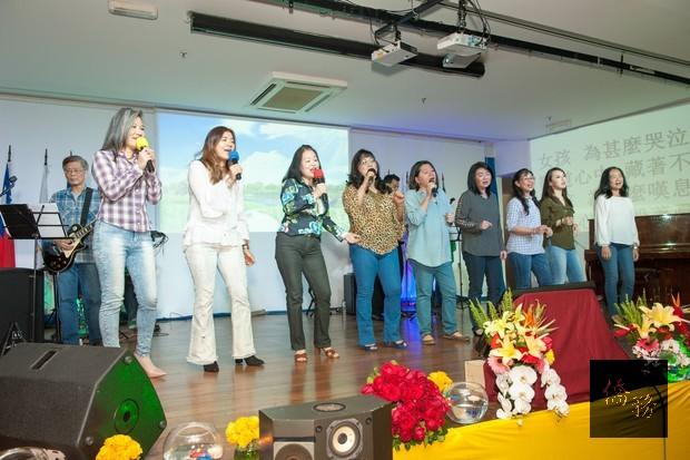 女聲合唱「讓我們看雲去」,帶領現場觀眾重溫民歌時代的美好記憶。