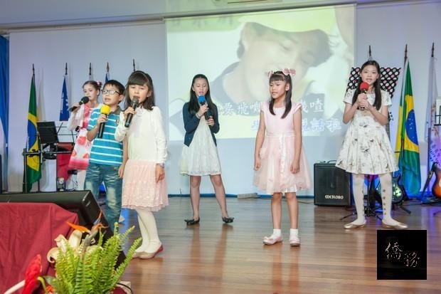 聖儒華文學校的小朋友們共同演唱「娃娃的故事」,天真活潑又可愛。