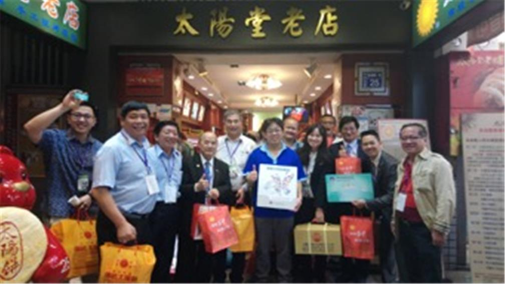 The representatives of Taiwanese businesses in Southeast Asia shopped happily at an Overseas Compatriot Card specially-engaged store Sun Booth