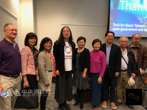 多倫多僑界人士與來訪的行政院政務委員唐鳳(左4)等人合影。