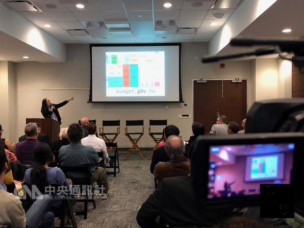 行政院政務委員唐鳳訪問加拿大,並在創新人才匯集的「多倫多新創中心」分享台灣的協作式數位治理經驗。