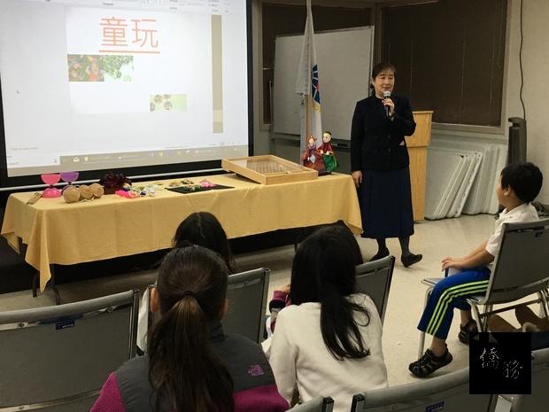 張娟熹逐一介紹各項童玩的特色,並以有獎徵答方式,引導小朋友以中文回答。