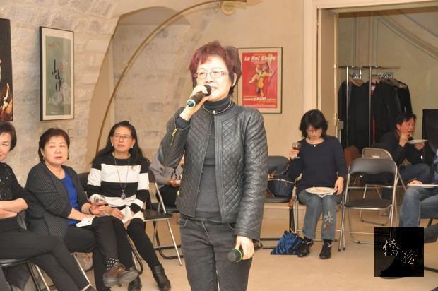 法國愛臺開心歌友會會長陳淑娟歡唱高歌。(僑胞提供)
