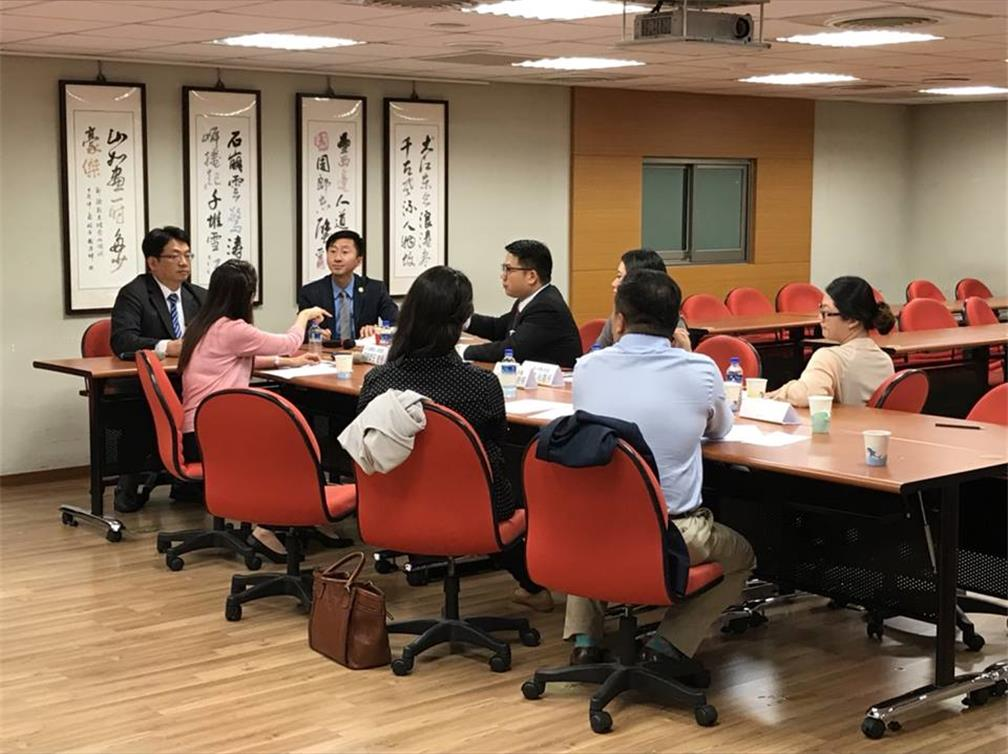 A group from the World Taiwanese Chambers of Commerce Junior Chapter visits the General Chamber of Commerce of the ROC Brand Accelerator Center