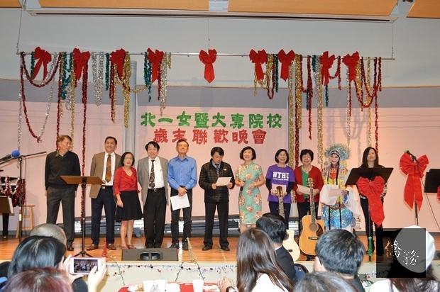 各大專院校校友會會長合唱「瀟灑走一回」,右5為李曼宜。