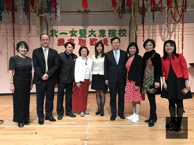 黃鈞耀(右4)與政大校友會合影。
