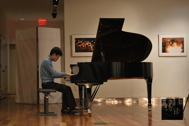 王榮堅演奏自創曲「Variations on a theme from America, the beautiful」,融合美國愛國歌曲「美哉美國」與中華民國的「國旗歌」。