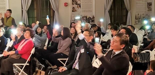 觀眾打開手機燈,隨舞台上的歌聲旋律搖擺晃動,氣氛十足。