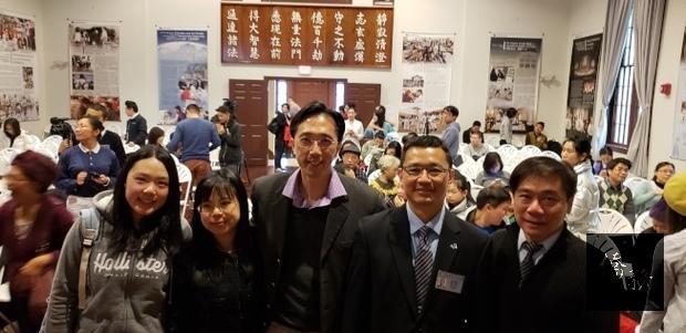 帶家人與會的辦事處長徐佑典(左三)、文教中心主任歐宏偉(右),與慈濟基金會波士頓聯絡處負責人吳建發(右二)合影。