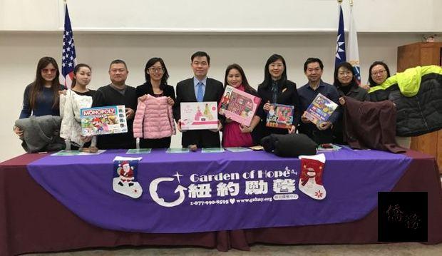 劉元芬(左四)歡迎民眾積極參與「點亮希望」捐獻活動。
