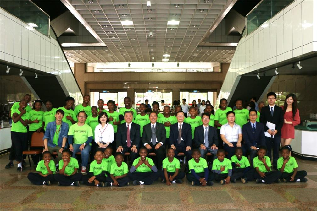 Accompanied by Vincent Lin, Secretary General of the ACC Africa Steering Committee, (middle, second row) 31 orphans from Swaziland ACC visited the OCAC on November 23. They were received by Vice Minister Leu (second from left, second row)
