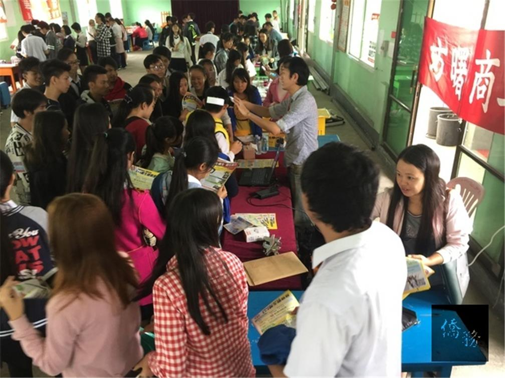 The OCAC 2018 Academic Year Vocational Education Program for Overseas Compatriot Students Myanmar regional joint recruitment delegation of 13 people, led by Deputy Director-General of the Department of Student Affairs Su-zhen Lu, conducted the second recruitment and promotional event at the Mandalay Confucian School in Myanmar on the morning of December 12. (Photo provided by the TECO Office in Myanmar)