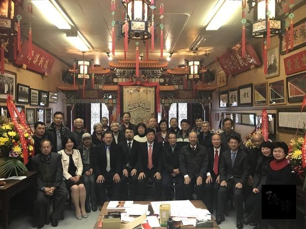馬鍾麟(前排左六)、梁國緯(前排左五)、趙炳賢(前排左四)與職員來賓合影。