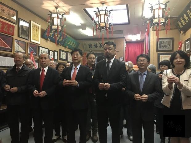 馬鍾麟(左三)、梁國緯(右三)、來賓及各級幹部依古禮上香。