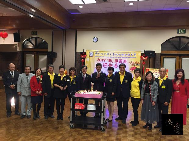 朱文祥及翁桂堂與校友共同慶祝1月份生日之壽星