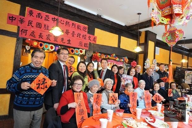何震寰率同仁至東南亞中心向轄區耆老祝賀新年。