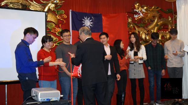 幸運觀眾自選一根繫著紅包或機票的紅絲帶﹐由駐美代表高碩泰大使為大家揭曉抽獎結果。
