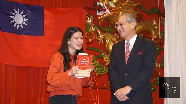 駐美代表高碩泰大使祝賀抽得華航機票的同學。