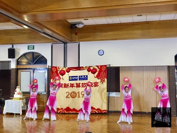 現場舞蹈表演,充滿年節氣氛。