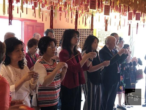 陳瓊玉與會眾共同上香祈福。