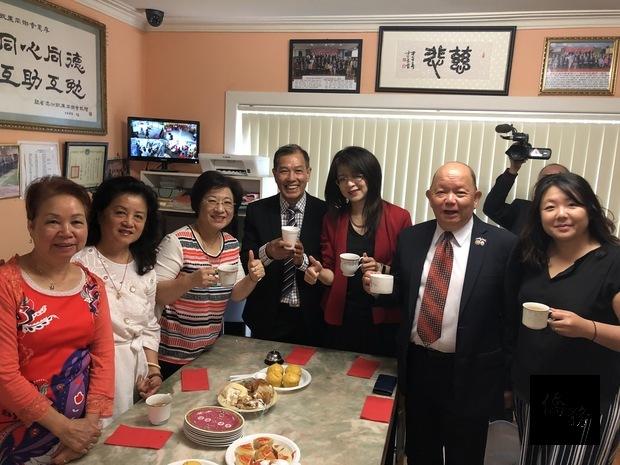 陳瓊玉與出席僑胞合影。