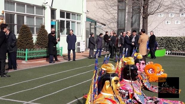 春節祭祖,由喬聚東主持,近一百位僑胞到場,易志成偕同廖靜芝出席並代表唐殿文向僑胞們拜年。