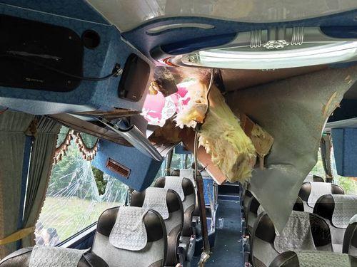 Rock slide hits tour bus in Taroko, injures South Korean tourist