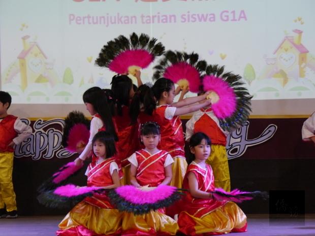 小朋友專注演出民族舞蹈,展現練習成果