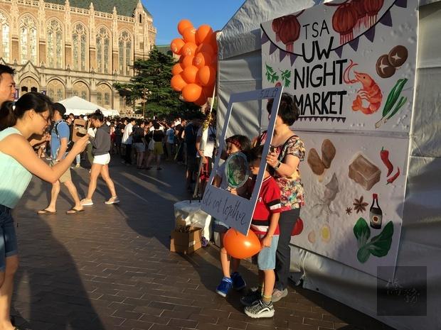 民眾攜老扶幼前來體驗臺灣夜市盛況,並品嚐道地臺灣小吃