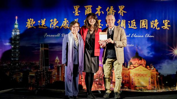 世界華文作家交流協會秘書長黃玉液夫婦贈送新書散文集