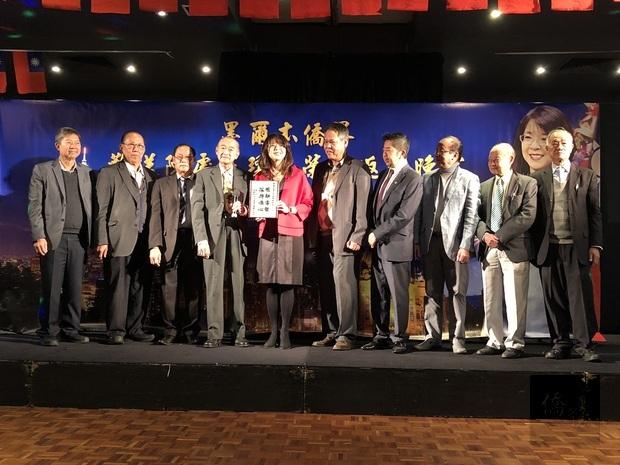 大洋洲越柬老華人團體聯合會秘書長游啟慶代表印支僑團致贈紀念品