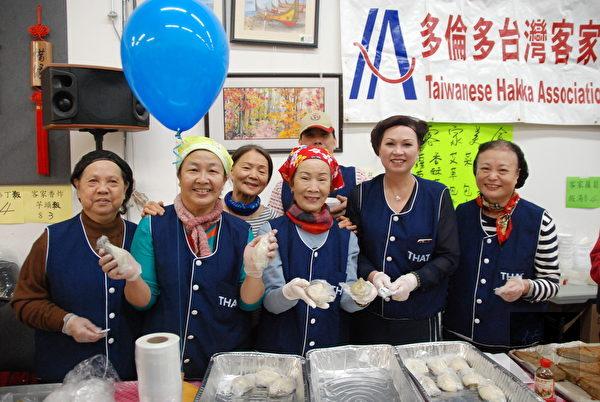 臺灣小吃園遊會客家攤位的菜包、紅龜粿等美食。