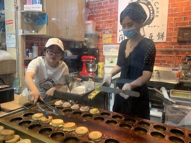 從網店到實體店鋪,林薇致力推廣家鄉銅板美食,把台灣車輪餅好滋味行銷到全美。(世界日報提供)