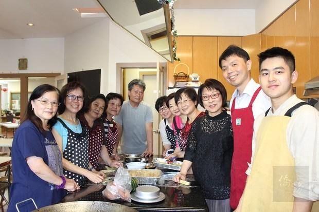 洪廷瑋(右2)、徐哲穎(右1)與熱心協助採買、備料及現場服務的志工群。